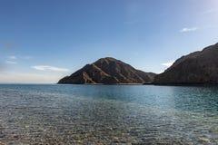 Vista del paesaggio, montagne alla spiaggia fotografia stock libera da diritti