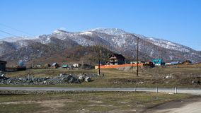 Vista del paesaggio nevoso di Altay Mountains vicino al villaggio di Onguday, Repubblica di Altai Fotografie Stock Libere da Diritti