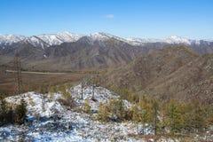Vista del paesaggio nevoso di Altay Mountains vicino al villaggio di Onguday, Repubblica di Altai Immagine Stock