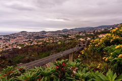 Vista del paesaggio sopra la costa del Madera, colpo dal giardino botanico, Funchal, Portogallo immagine stock