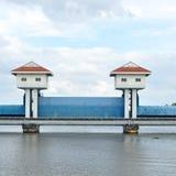 Vista del paesaggio, torri della diga in Tailandia. Fotografia Stock