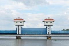 Vista del paesaggio, torri della diga in Tailandia. Fotografia Stock Libera da Diritti