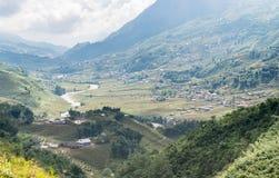 Vista del paesaggio del villaggio in valle Immagini Stock