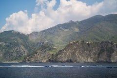 Vista del paesino di montagna di Corniglia, Cinque Terra dal mare La Liguria, Italia, Europa Vista sul mare del mare di Mediteria immagini stock