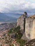 Vista del paesino di montagna di Kallithea con il monastero della roccia fotografia stock