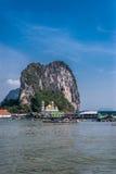 Vista del paesino di pescatori Ko Panyi Koh Panyee nella baia di Phang Nga, Tailandia fotografie stock libere da diritti