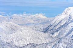 Vista del paisaje del invierno con las montañas nevadas en Seefeld, Austria imagen de archivo