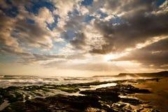 Vista del paisaje tropical de la playa rocosa en la salida del sol Fotos de archivo
