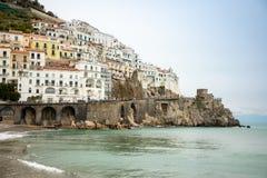 Vista del paisaje urbano de Amalfi en la línea de la costa de mar Mediterráneo en invierno, Italia imagenes de archivo