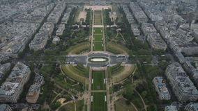 Vista del paisaje urbano de París, Ile de France, Francia con las atracciones importantes de París - Champ de Mars, viaje Montpar almacen de video