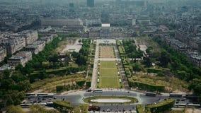 Vista del paisaje urbano de París, Ile de France, Francia con las atracciones importantes de París - Champ de Mars, viaje Montpar metrajes