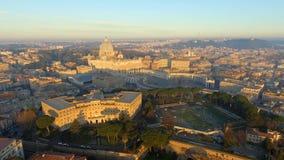 Vista del paisaje urbano del horizonte de Roma con la señal de la Ciudad del Vaticano en la salida del sol en Italia almacen de metraje de vídeo