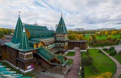 Vista del palacio de madera del ` s del zar en Kolomenskoye de la plataforma de observación Fotografía de archivo libre de regalías
