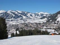 Vista del palazzo dell'hotel e di Gstaad Fotografie Stock