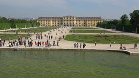 Vista del palazzo di Schönbrunn un giorno di Sunny April Vienna, Austria archivi video