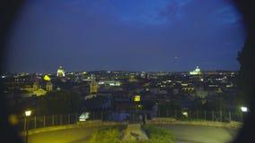 Vista del panorama hermoso de la noche Roma a través del telescopio en la plataforma de observación almacen de metraje de vídeo