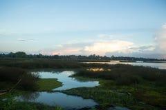 Vista del panorama del paesaggio della diga del bacino idrico nella sera immagini stock