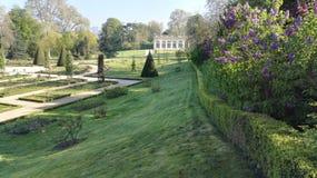 Vista del parco di inezia alla molla con la costruzione del giardino di inverno nei precedenti, Parigi, Francia, Europa immagine stock