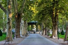 Vista del parco famoso di Zrinjevac nel centro urbano di Zagabria, Croazia fotografia stock libera da diritti