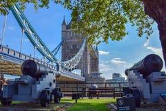 Vista del parco del ponte della torre con i vecchi cannoni fotografie stock libere da diritti