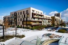 Vista del parco pubblico con il caseggiato moderno recentemente costruito Fotografia Stock Libera da Diritti
