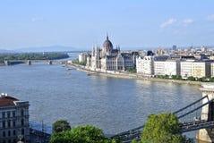 Vista del parlamento y del puente de cadena en ciudad del parásito Budapest Imágenes de archivo libres de regalías