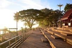 Vista del parque cerca del río de Khong con la luz caliente del sol en el MOR imagenes de archivo