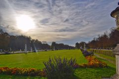 Vista del parque en el castillo de Nymphenburg en otoño imagen de archivo libre de regalías