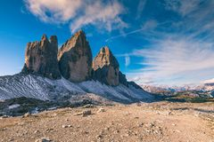 Vista del parque nacional Tre Cime di Lavaredo, dolomías, el Tyrol del sur Ubicación Auronzo, Italia, Europa Cielo nublado dramát imagenes de archivo