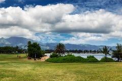 Vista del parque y de la playa tropical en Haleiwa foto de archivo