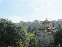 Vista del Partenone e di una chiesa in Grecia Immagini Stock Libere da Diritti