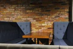 Vista del pasillo del club Tablas y sillas con las cubiertas 30584 fotos de archivo