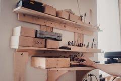 vista del pasillo de la producción de la carpintería fotos de archivo libres de regalías