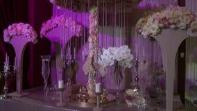 Vista del pasillo romantically adornado del banquete almacen de video