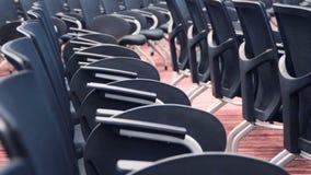 Vista del pasillo vacío del cine con los asientos de cuero cómodos metrajes