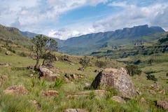 Vista del paso de Sani, camino rural de la suciedad aunque las montañas que conecta Suráfrica y Lesotho fotografía de archivo