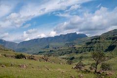 Vista del paso de Sani, camino rural de la suciedad aunque las monta?as que conecta Sur?frica y Lesotho foto de archivo libre de regalías