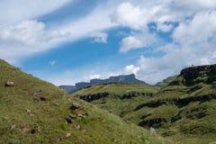 Vista del paso de Sani, camino rural de la suciedad aunque las monta?as que conecta Sur?frica y Lesotho imagen de archivo libre de regalías