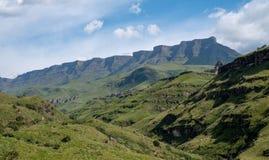 Vista del paso de Sani, camino rural de la suciedad aunque las monta?as que conecta Sur?frica y Lesotho foto de archivo