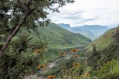 Vista del paso de Sani, camino rural de la suciedad aunque las monta?as que conecta Sur?frica y Lesotho fotos de archivo