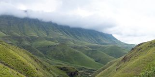 Vista del paso de Sani, camino rural de la suciedad aunque las monta?as que conecta Sur?frica y Lesotho fotos de archivo libres de regalías