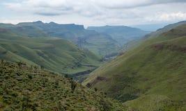 Vista del paso de Sani, camino rural de la suciedad aunque las monta?as que conecta Sur?frica y Lesotho fotografía de archivo