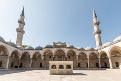 Vista del patio majestuoso de Suleiman Mosque, Estambul, Turquía Fotos de archivo libres de regalías