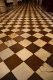 Vista del pavimento con il modello di scacchi fotografie stock