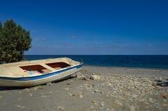 Vista del Pebble Beach de Maleme con un barco Fotos de archivo libres de regalías