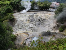 Vista del pendio della caldera con le sorgenti di acqua calda nella città Furnas Immagine Stock