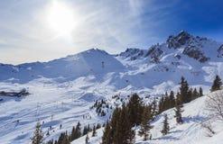 Vista del pendio innevato di Courchevel in alpi francesi Immagine Stock Libera da Diritti