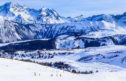 Vista del pendio innevato di Courchevel in alpi francesi Fotografie Stock Libere da Diritti