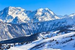 Vista del pendio innevato di Courchevel in alpi francesi Immagine Stock