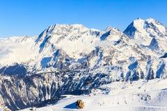 Vista del pendio innevato di Courchevel in alpi francesi Immagini Stock